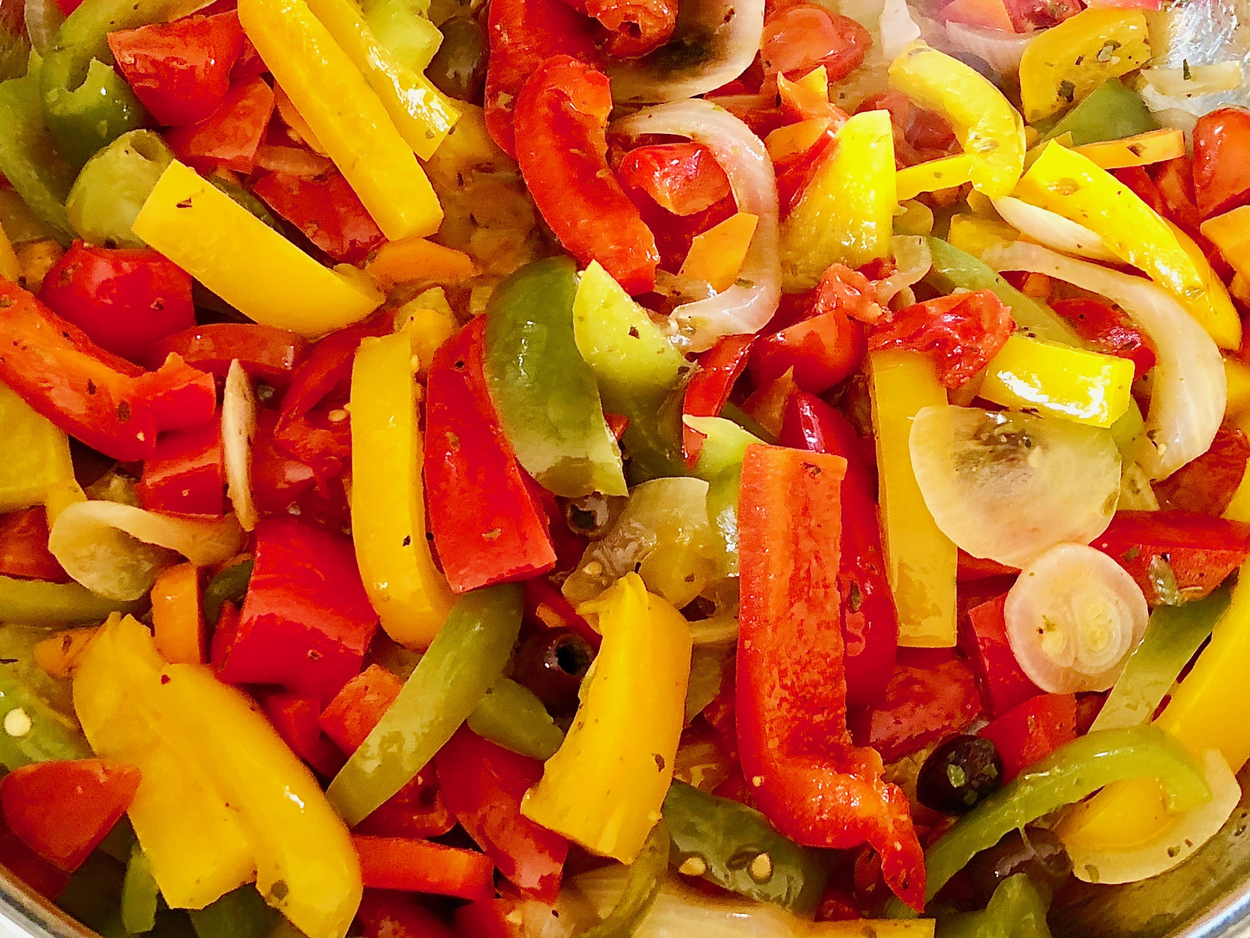 Antipasto di peperoni e di altre verdure
